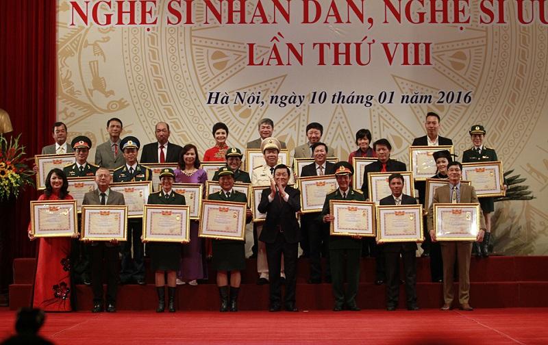 Các nghệ sĩ hạnh phúc khi được Nhà nước trao tặng danh hiệu, vinh danh.