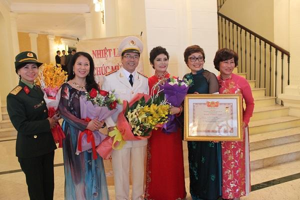 NSND Minh Châu (thứ ba từ phải sang) rạng rỡ trong ngày được Nhà nước vinh danh.
