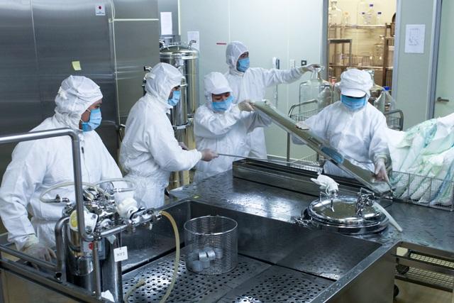 Các cán bộ kỹ thuật đang làm việc trong dây chuyền sản xuất vắc xin Sởi-Rubella