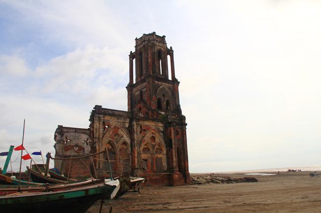 Đây là nhà thờ Trái Tim (Giáo xứ Xương Điền) và nền móng nhà thờ Thánh Maria Madalena cũ đã bị nước biển xâm thực và phá hỏng các kiến trúc.