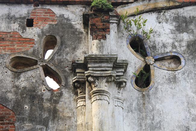 Các họa tiết, kiến trúc bên trong nhà thờ đã bị phai mòn.