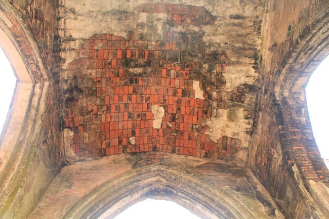 Gạch xây đã bị lộ rõ sau thời gian bị vỡ vữa.