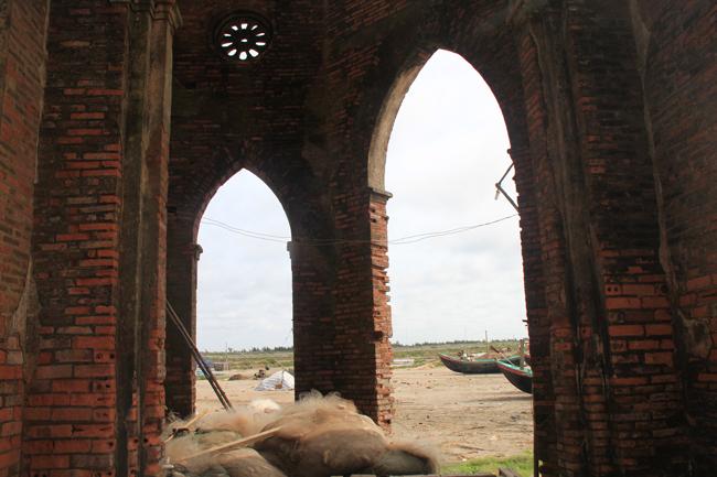 Nhà thờ nằm trơ trọi ven biển và được ngư dân tận dụng làm nơi để đồ nghề đánh bắt.
