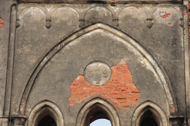Được biết, nhà thờ Trái Tim được xây dựng năm 1943 và do một người Pháp thiết kế kiến trúc.