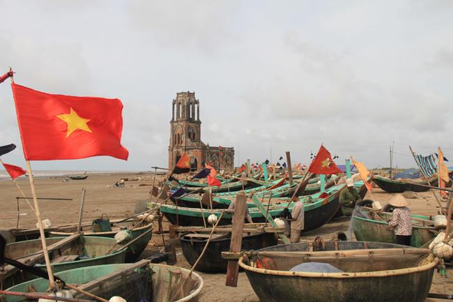 Những lúc nước biển dâng cao, các ngư dân rất khó khăn để di chuyển thuyền lên trên tránh bị cuốn trôi.