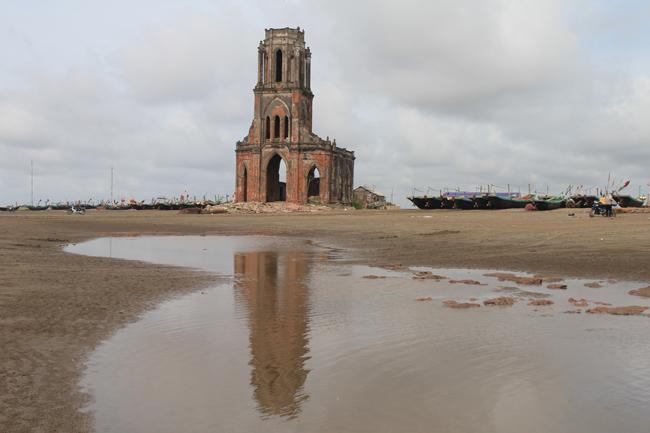 Hiện tại, nhà thở đổ này đã bị vây quanh bởi nước biển.