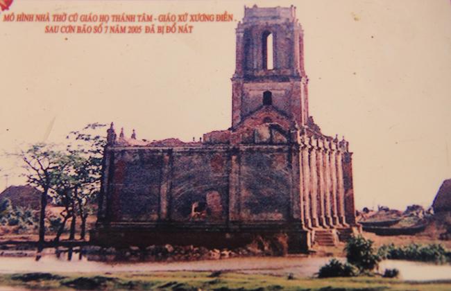 Đây là hình ảnh nhà thờ Trái Tim - Giáo xứ Xương Điền bị phá vỡ và ngập trong nước biển sau cơn bão số 7 năm 2005.