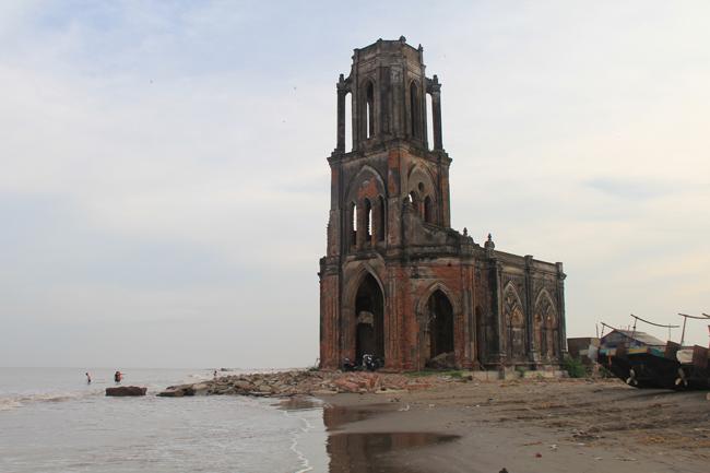 Mỗi khi thủy triều lên thì nhà thờ bị ngập nước khoảng 1m. Nếu tình trạng này diễn ra mạnh hơn sẽ khiến nhà thờ bị chìm sâu dưới nước biển trong một thời gian không xa.