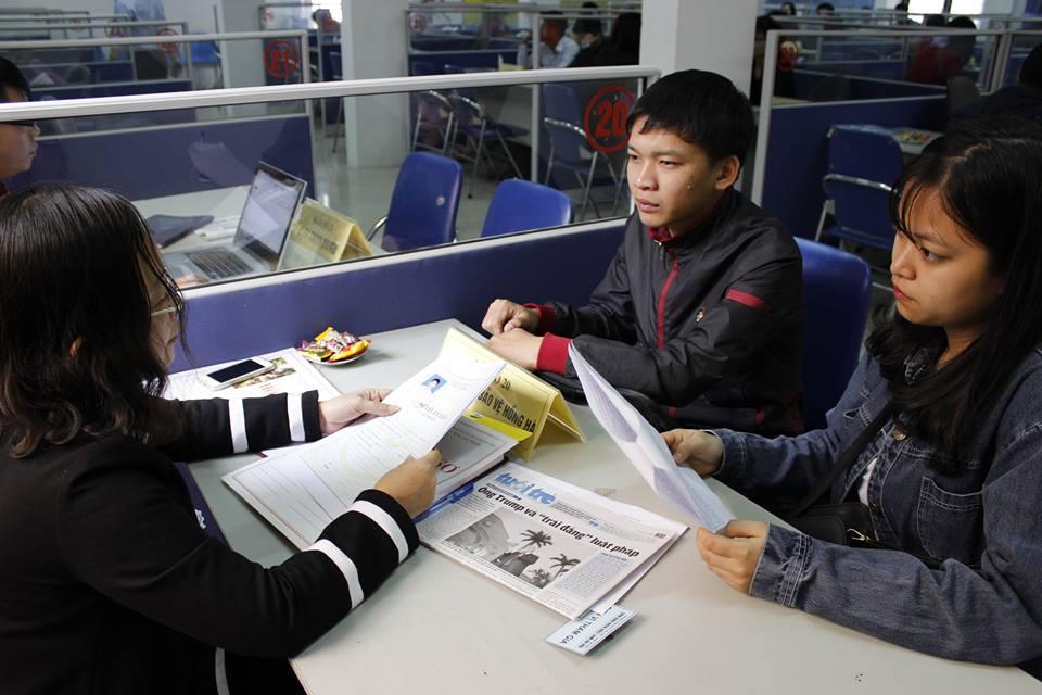 Nhà tuyển dụng phỏng vấn trực tiếp ứng viên tại Trung tâm Dịch vụ việc làm Hà Nội.