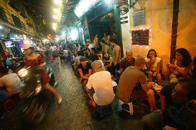 Uống bia tại ngõ Tạ Hiện, Hà Nội (ảnh chụp chiều 9.9.2014.)