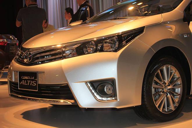 Thiết kế đèn pha và đầu xe của Toyota Corolla Altis.