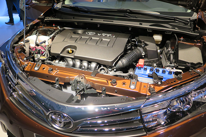 Nếu Mazda3 sử dụng công nghệ động cơ mới thì Toyota Corolla Altis 2014 mới chỉ nâng đời hộp số lênsố sàn 6 cấp và vô cấp CVT-i với bước số giả lập 7 cấp. Xe tiếp tục duy trì 2 tuỳ chọn động cơ là 1.8 và 2.0 lít.Trong đó, phiên bản động cơ 1.8 sử dụng công nghệ van biến thiên VVT-i cho công suất 138 mã lực tại vòng tua máy 6.400 vòng/ phút, mô-men xoắn cực đại 173Nm tại 4.000 vòng/ phút. Bản động cơ 2 lít là loại 4 xi-lanh thẳng hàng cho công suất 143 mã lực, mô-men xoắn 187Nm tại 3.600 vòng/ phút.