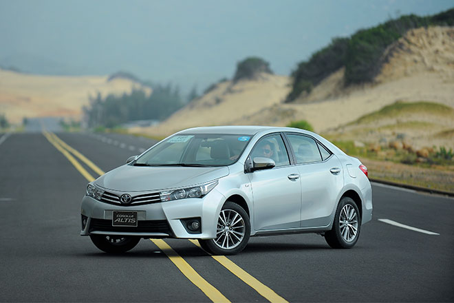 Còn Toyota Corolla Altis phiên bản 2014 đã ra mắt trước đó vài tháng cũng với 3 phiên bản 1.8 MT, 1,8 AT và 2.0 AT. Altis 1.8G MT có giá 757 triệu đồng. Bản 1.8G CVT có giá 807 triệu đồng còn bản 2.0V giá 944 triệu đồng.