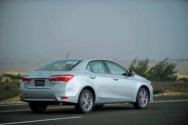 Về kích thước, Corolla Altis 2014 lớn hơn Mazda3 một chút khi dài 4.620 mm, rộng 1.775 mm và cao 1.460 mm. Chiều dài cơ sở của Altis bằng Mazda3 với 2.700 mm.