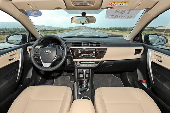 So với Mazda3, Altis đuối hơn về tiện nghi dù bản cao cấp nhất đã có thêm màn hình cảm ứng 7 inch, gương chống chói tích hợp camera lùi, khởi động nút bấm, rèm che nắng cửa sau.