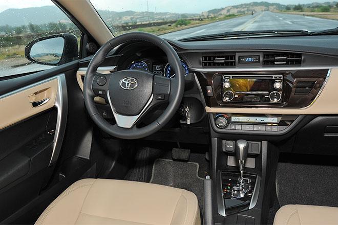 Các trang bị trênToyota Corolla Altiskhông quá nổi bật.Phiên bản cao cấp nhất có trang bị khởi động bằng nút bấm còn hai phiên bản cấp thấp hơn vẫn sử dụng dạng khởi động chìa truyền thống.