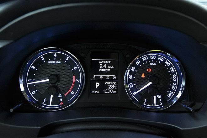 Đồng hồ trung tâm trên mẫu Toyota Corolla Altis