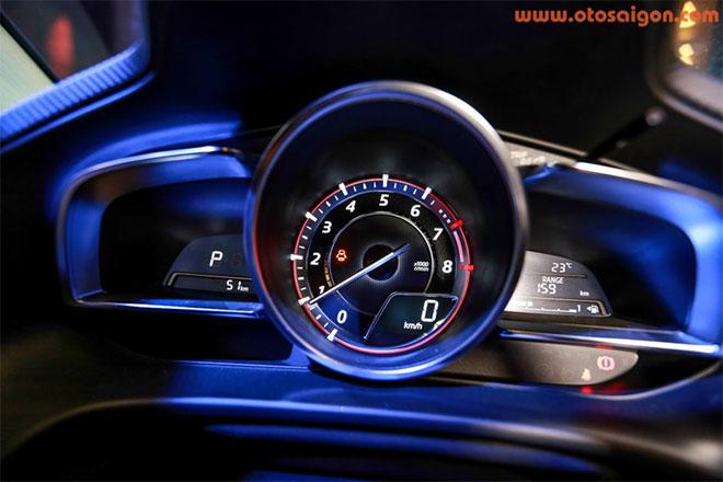Đồng hồ trung tâm của Mazda3.Ảnh Otosaigon