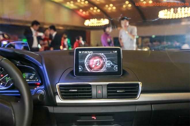 Giữa bảng điều khiển trung tâm của Mazda3 là một màn hình thông tin với chức năng hiển thị toàn bộ hoạt động của xe.Ảnh Otosaigon