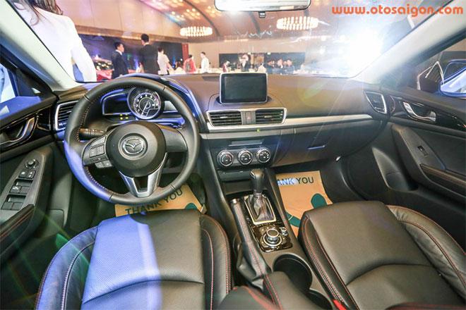 Mazda3 có thiết kế nội thất thể thao với vô-lăng bọc da tích hợp phím điều khiển chức năng đàm thoại rảnh tay, bảng điều khiển trung tâm hoàn toàn mới.Ảnh Otosaigon