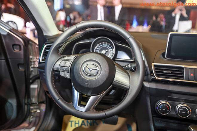 Mazda3có nhiều trang bị mới như màn hình HUD hiển thị tốc độ trên kính chắn gió, hệ thống giải trí mới với công nghệ Mazda Connect gồm màn hình LCD cảm ứng 7 inch hiển thị đa thông tin tích hợp DVD, điều hoà tự động, dàn âm thanh 6 loa và hệ thống điều khiển trung tâm Commander.Ảnh Otosaigon