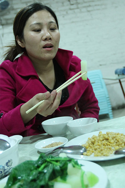 Bữa cơm rau ngon nhất của chị Vinh kể từ khi trở về từ Saudi Arabia. Ảnh H.N