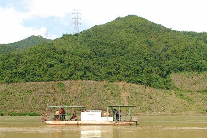 Đo đạc thủy văn trên sông Đà.
