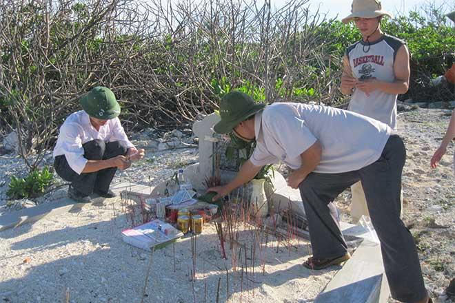 Thắp hương trước mộ đồng chí Hoàng Văn Nghĩa - một liệt sĩ của trạm Khí tượng Hải văn Trường Sa, đã hy sinh và được an táng trên đảo Trường Sa lớn.
