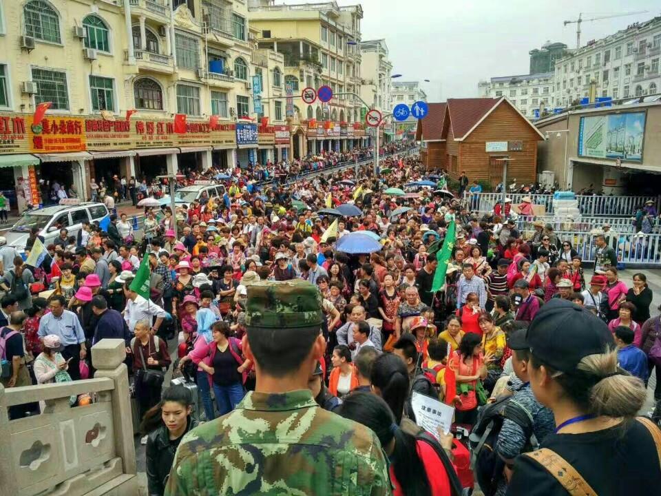 Biển người chen chúc đợi làm thủ tục xuất cảnh tại cửa khẩu Đông Hưng để nhập cảnh vào Móng Cái ngày 17.3.2017