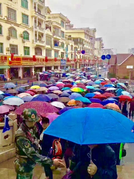 Trung bình mỗi ngày có từ 4.000-5.000 khách Trung Quốc nhập cảnh qua Móng Cái, ngày cao điểm lên tới khoảng 10.000 người.