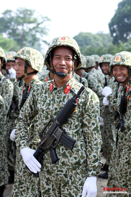 Khối đặc công diễu binh kỷ niệm 1.000 năm Thăng Long - Hà Nội với súng M18.