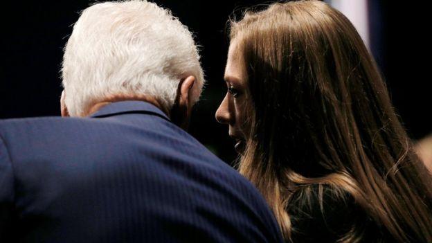 Cựu Tổng thống Clinton và con gái có mặt trong khán giả.