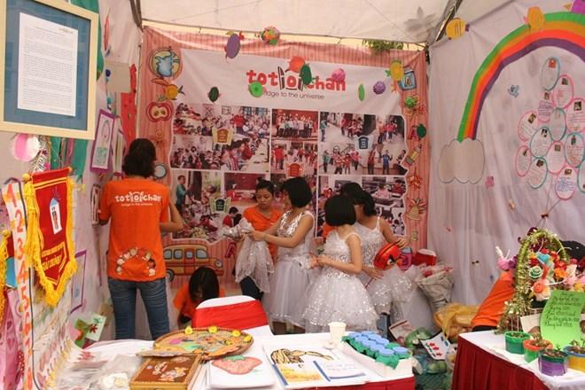 Cô giáo cùng các trẻ tự kỷ đang chuẩn bị cho tiết mục trình diễn trong gian hội trại.