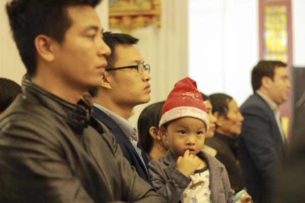 Những đứa trẻ cũng được đưa tới giáo đường.