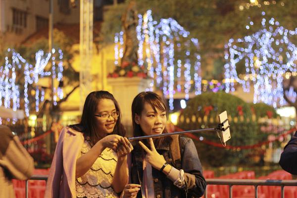 Nhiều bạn trẻ đã tranh thủ ghi lại những khoảnh khắc đêm giáng sinh.