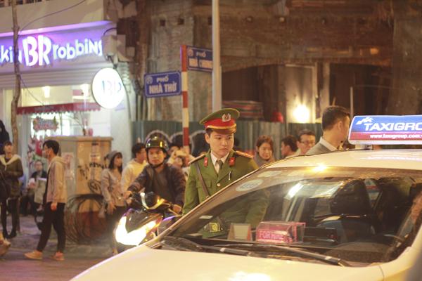 Ngay từ chiều, lực lượng công an, dân quân tự vệ phường Hàng Trống đã được huy động để điều tiết tình hình giao thông.