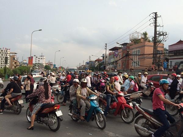 Việc cư dân của tòa nhà phản đối khiến khá nhiều người tham gia giao thông qua khu vực này tò mò, dừng lại và gây ách tắc giao thông. Ảnh Hoa Vương