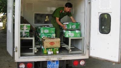 Lực lượng Công an thu giữ số dầu tràm giả tại cơ sở kinh doanh của bà Hoa.