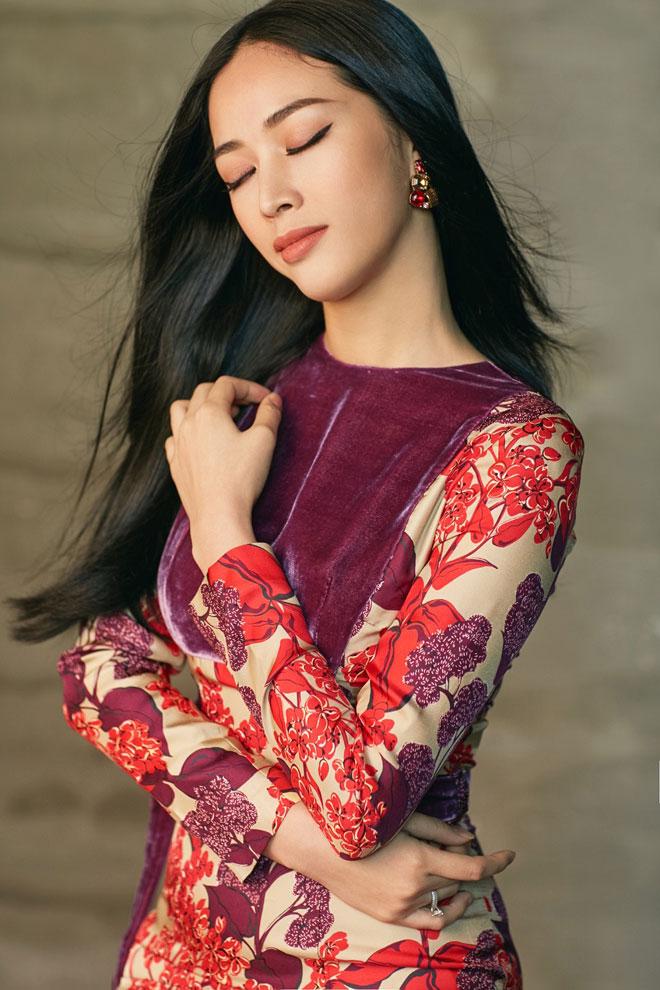 """Không quá rườm rà hay màu mè, Mai Thanh Hà vẫn giữ được phong thái của một """"ngọc nữ"""" dịu dàng nhưng đầy sắc sảo."""