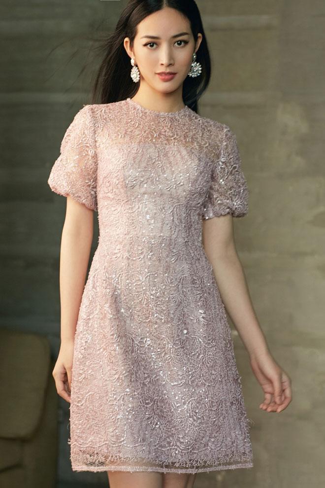 Sở hữu vẻ đẹp thanh thoát, Mai Thanh Hà khoác lên mình nét đẹp của sự đơn giản nhưng vô cùng thời trang.