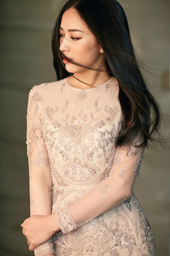 Chính vì thế, trong những thiết kế thanh lịch, Mai Thanh Hà vẫn sáng giá với nét quyến rũ đặc biệt.